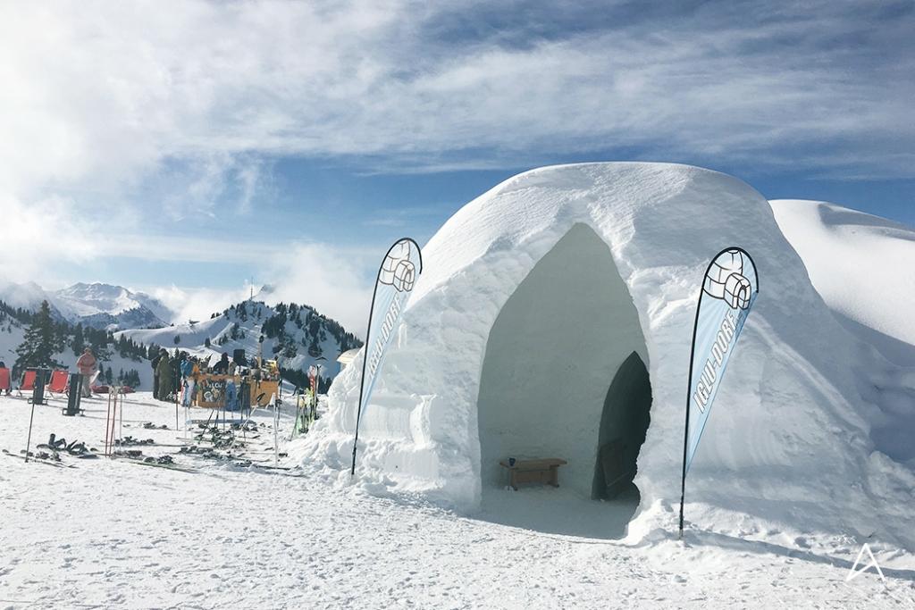 Manger une fondue dans un igloo