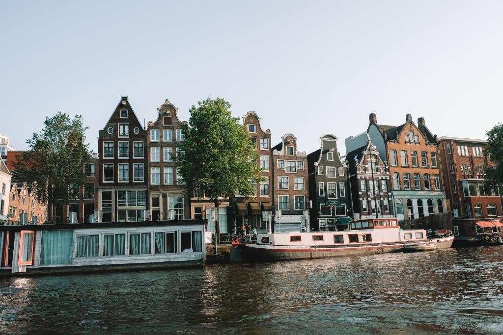 une croisière au coucher du soleil pour admirer l'architecture de la ville d'Amsterdam