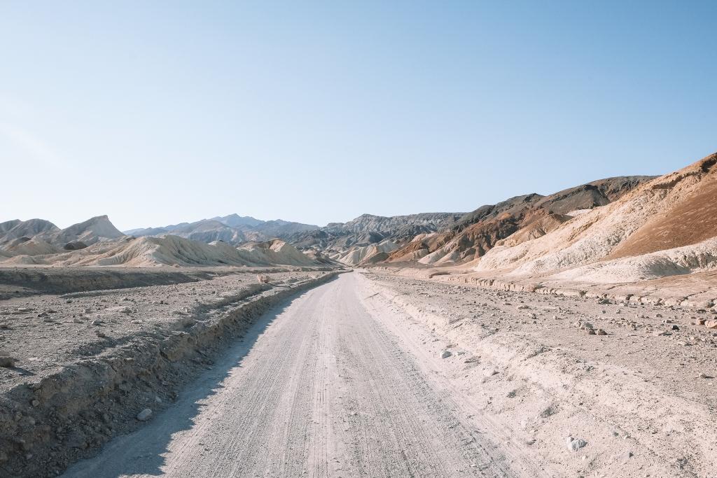 La route qui sillonne Twenty Mule Team Canyon