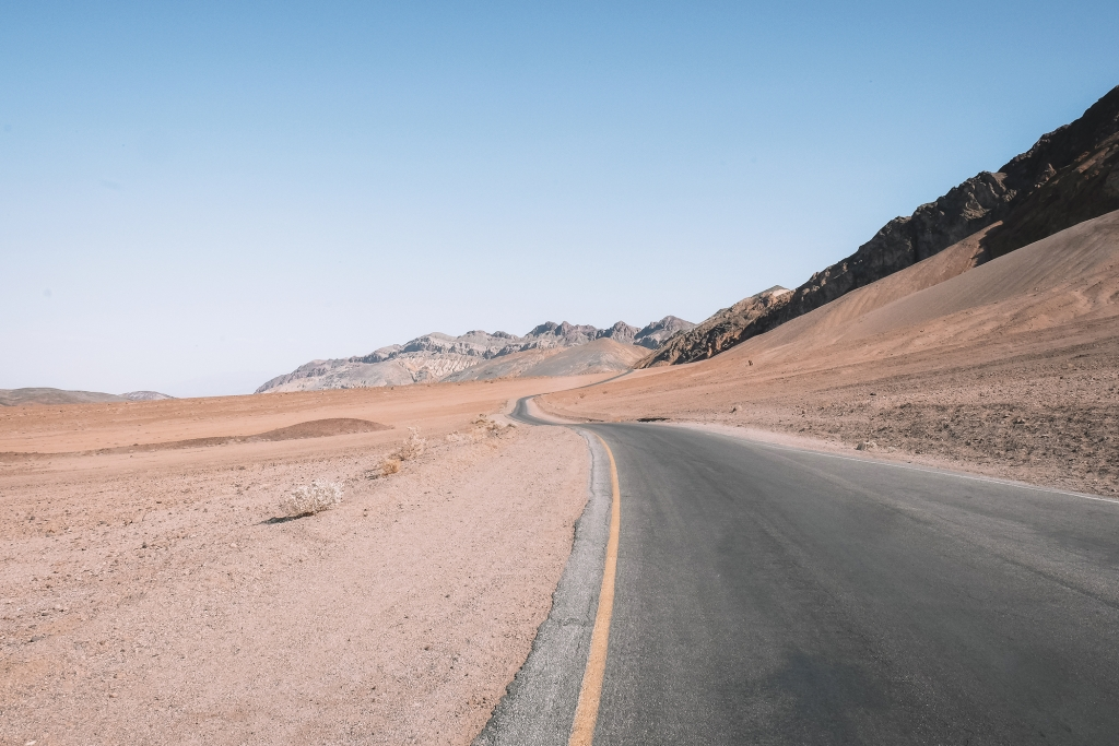 Une route traversant le Vallée de la Mort