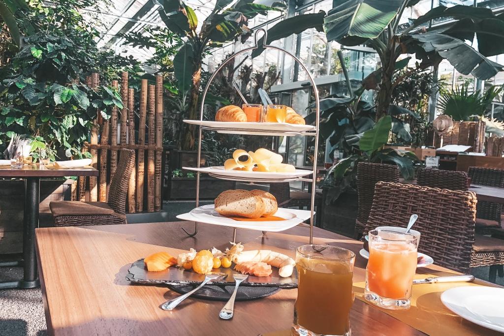 Le petit-déjeuner est très exotique mais on trouve quand même du fromage et du jambon