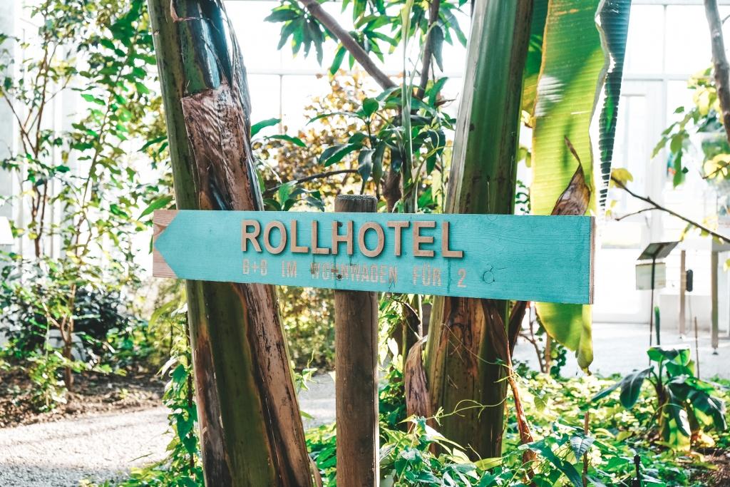 Le petit panneau en bois qui indique la direction vers le Rollhotel