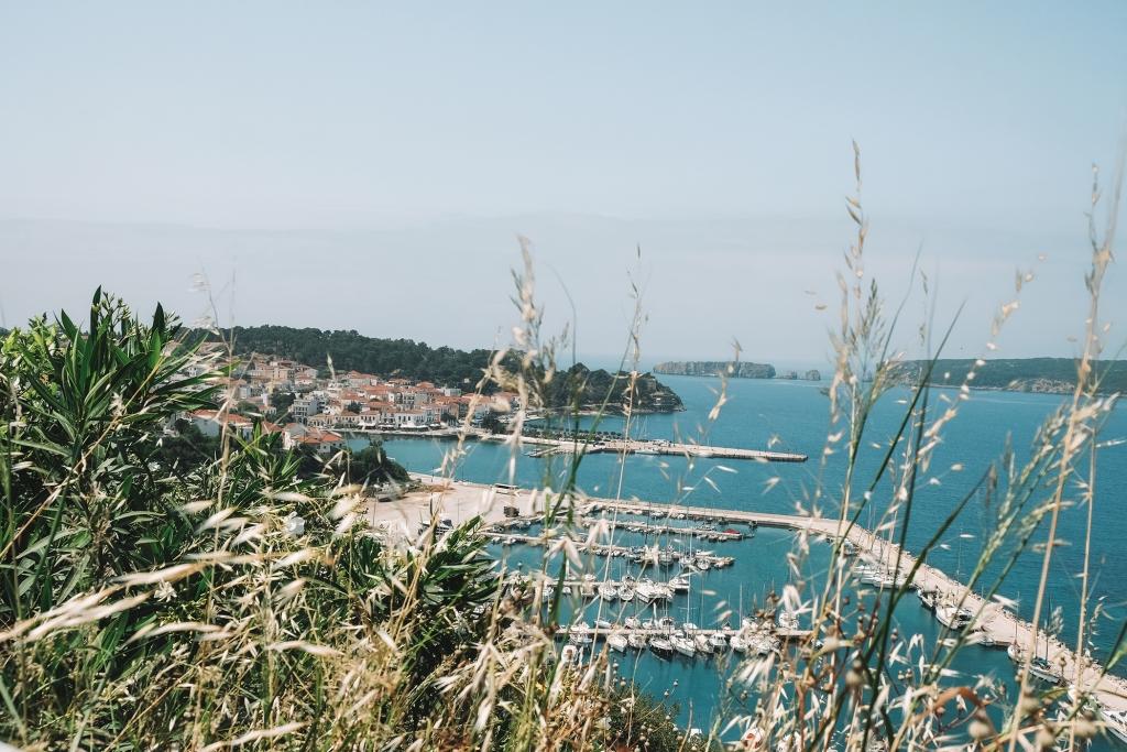 Une vue sur le port et la ville de Pylos