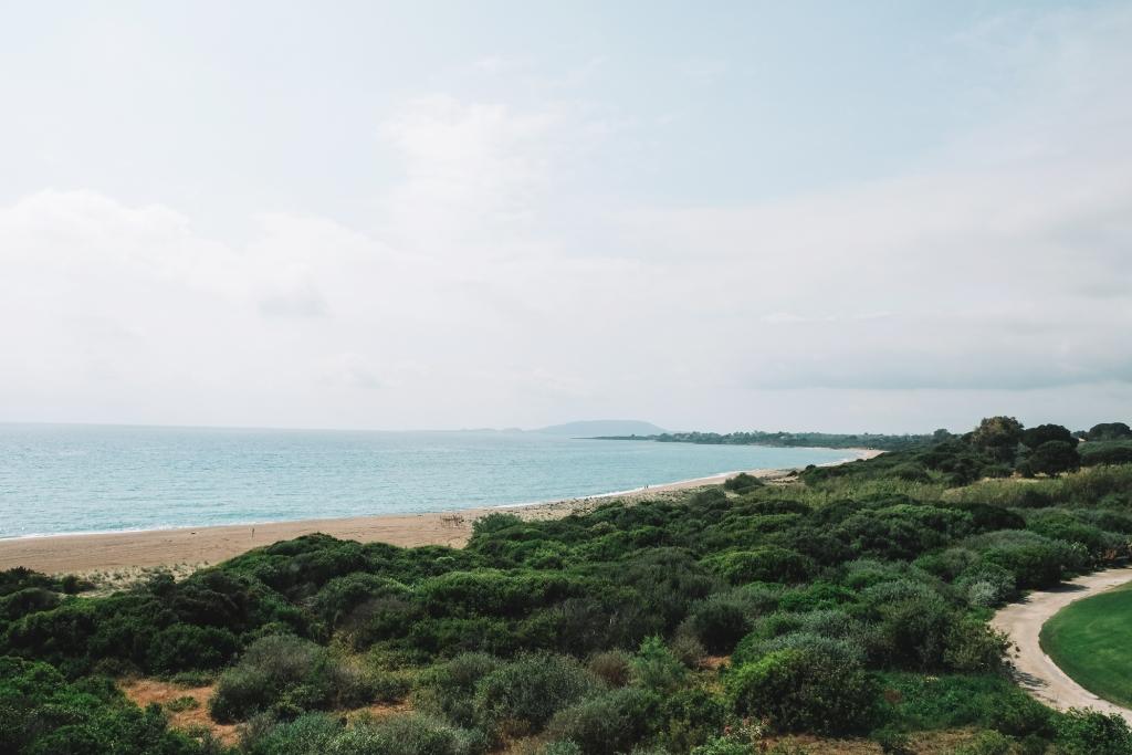 Une vue sur la plage depuis Costa Navarino