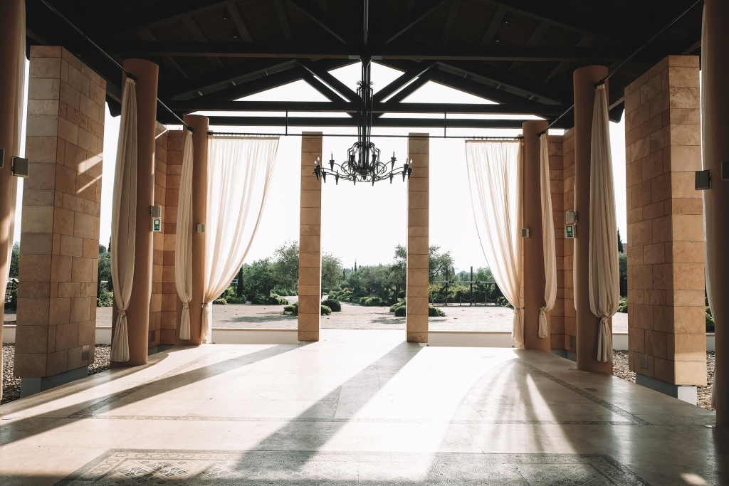 L'entrée du Romanos Hôtel à Costa Navarino