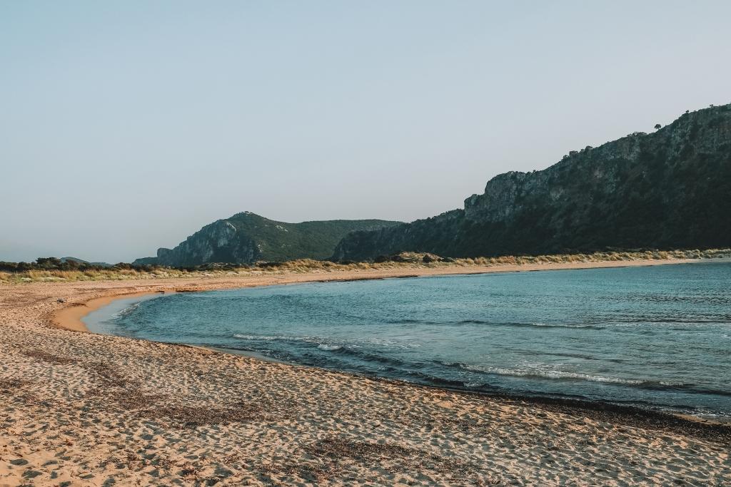 La plage de Voidokilia au coucher du soleil