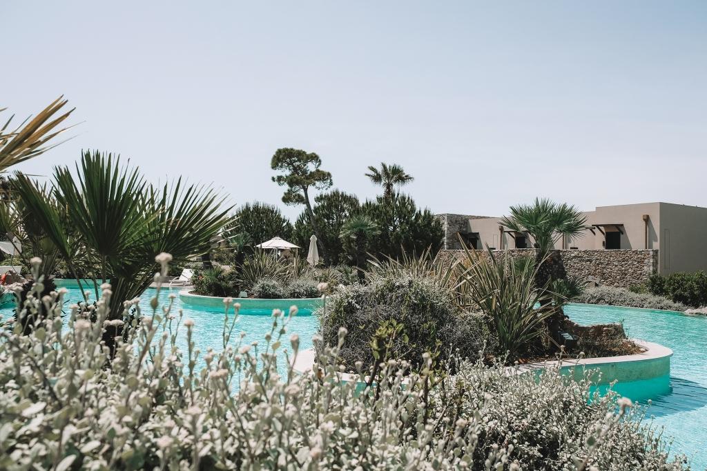 La piscine du Westin Resort entourée de végétation.