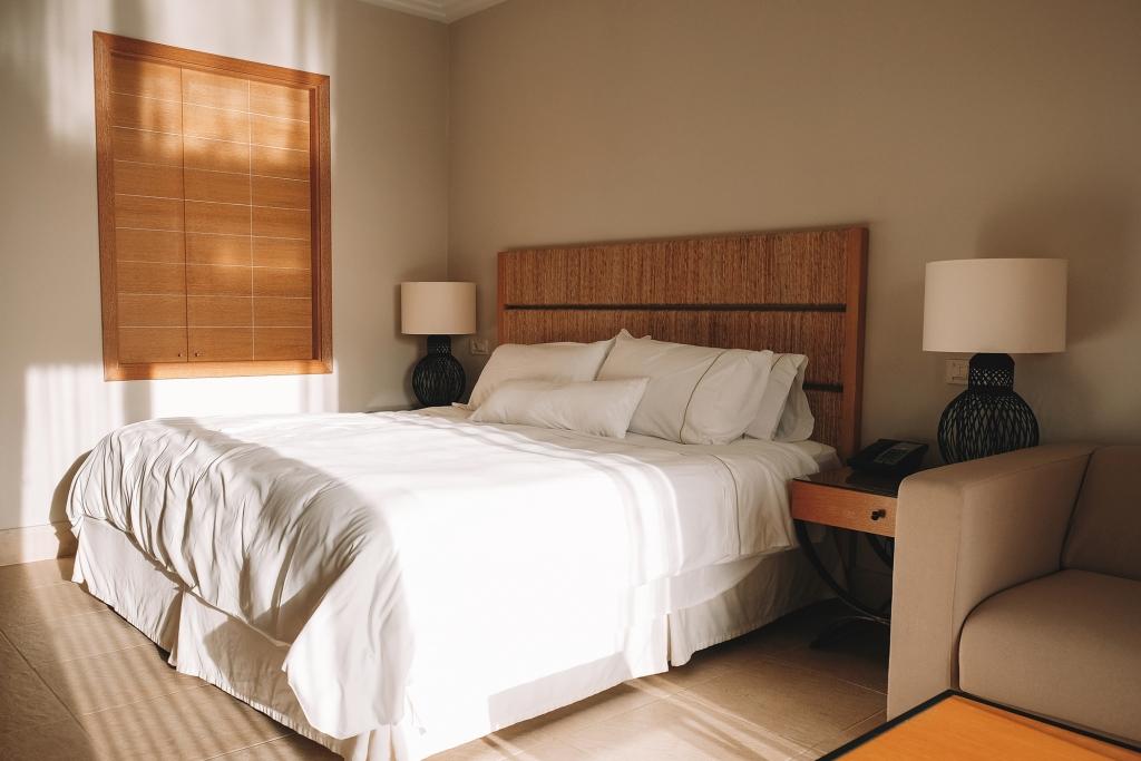 Une chambre spacieuse et tout confort du Westin Resort à Costa Navarino