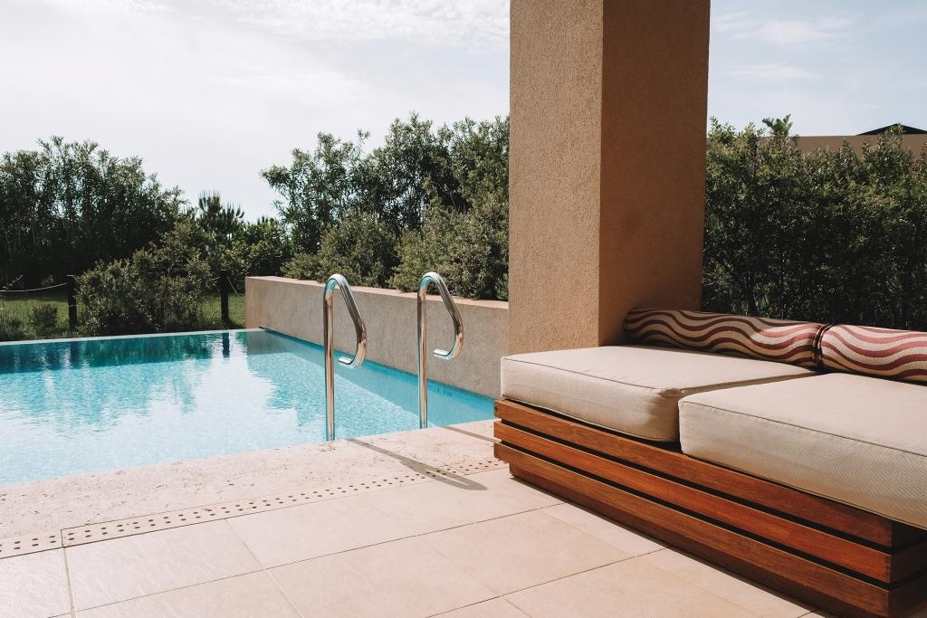 La terrasse et sa piscine privée d'une des chambres du Westin Resort.