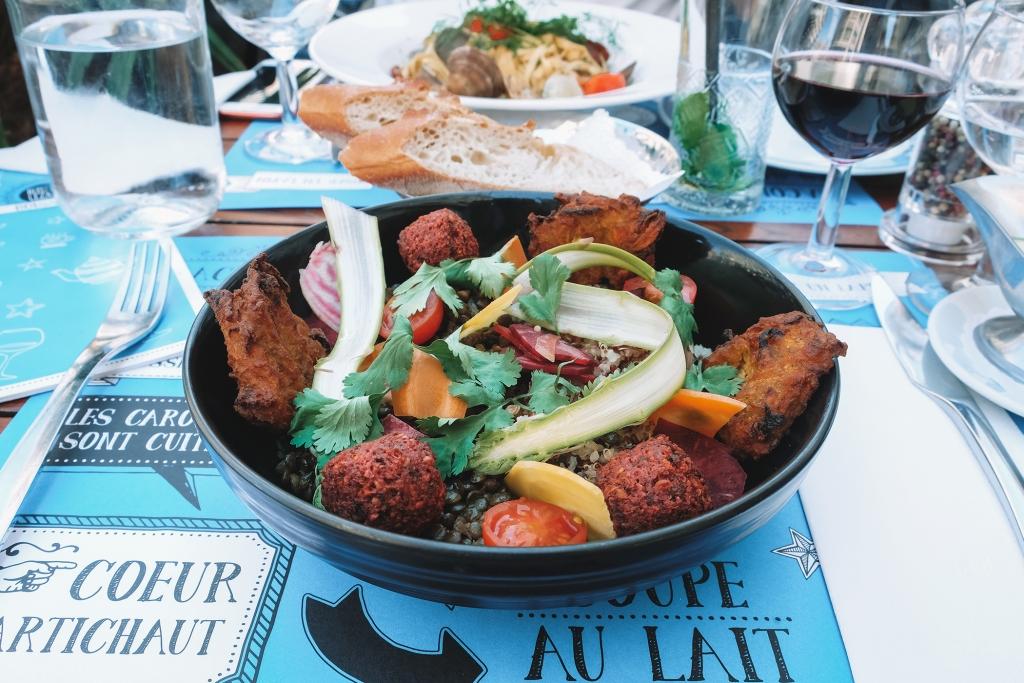 Taste my Swiss City: Une délicieuse salade sur la terrasse du Bleu Lezard