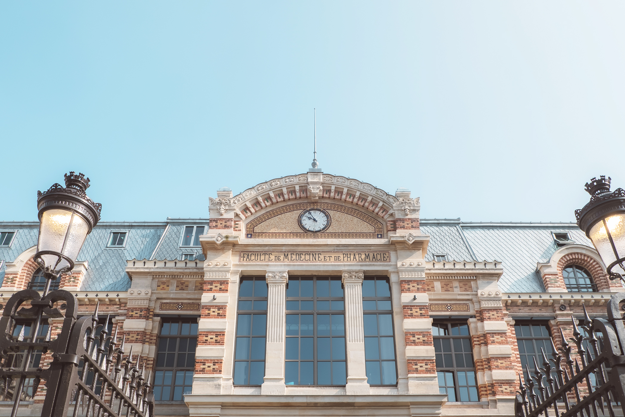 La façade du Moxy Hôtel